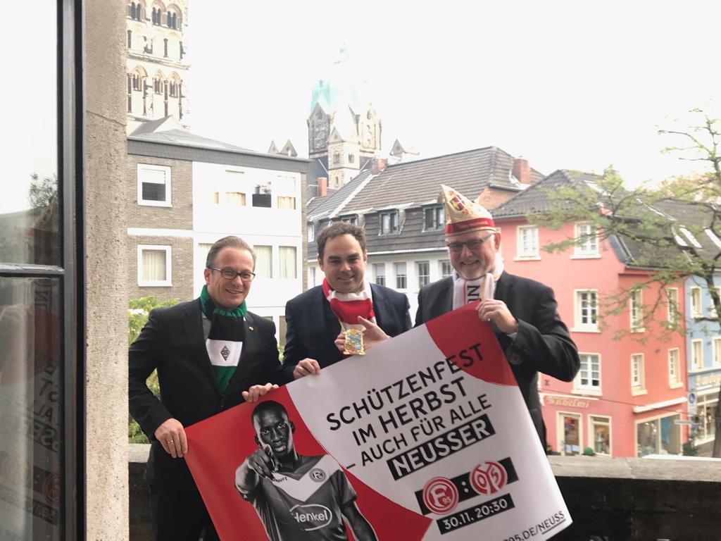 Karneval unterstützt Fortuna. Bürgermeister und KA Präsident mit Vorstandsvorsitzenden Schäfer