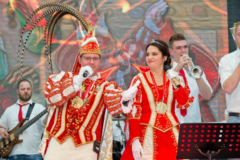 Ein Prinzenpaar singt sich in die Session