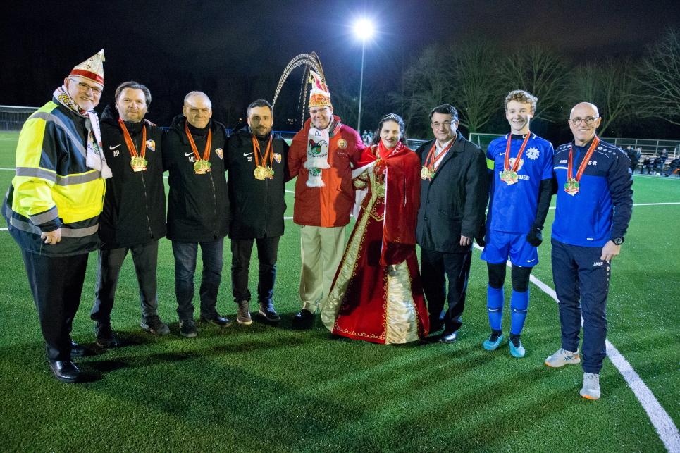 Tradition trifft auf Internationalität – Das Neusser Prinzenpaar besucht mit Leibgarde die ISR Neuss